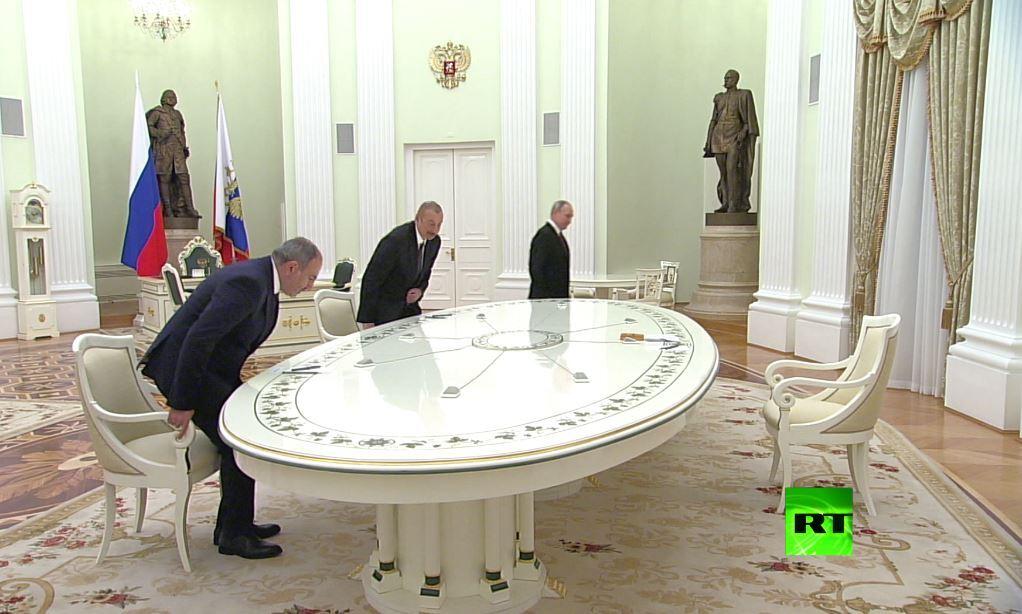 شاهد.. لقاء باشينيان وعلييف في موسكو بلا مصافحة
