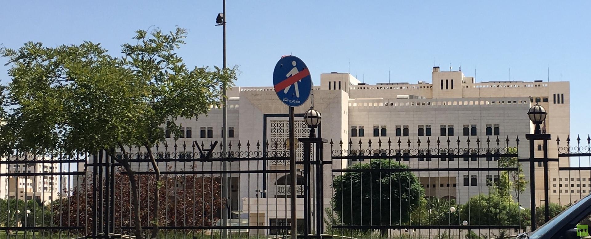 الحكومة السورية تطلب عدم التمديد للعاملين بعد إتمام السن القانونية