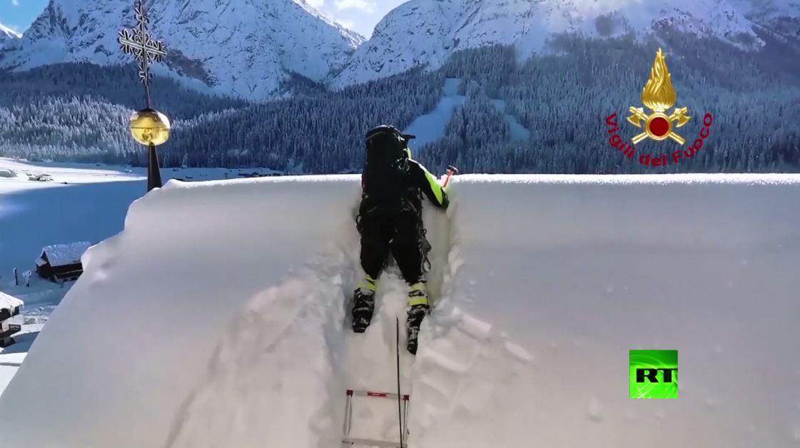 بالفيديو من إيطاليا.. رجال الإطفاء يزيلون الثلوج من قبة وسقف كنيسة