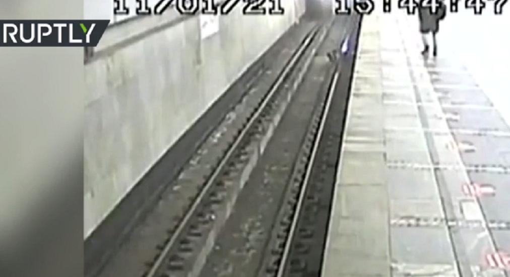 بالفيديو... في آخر لحظة صبي ينجو من موت محقق في مترو موسكو