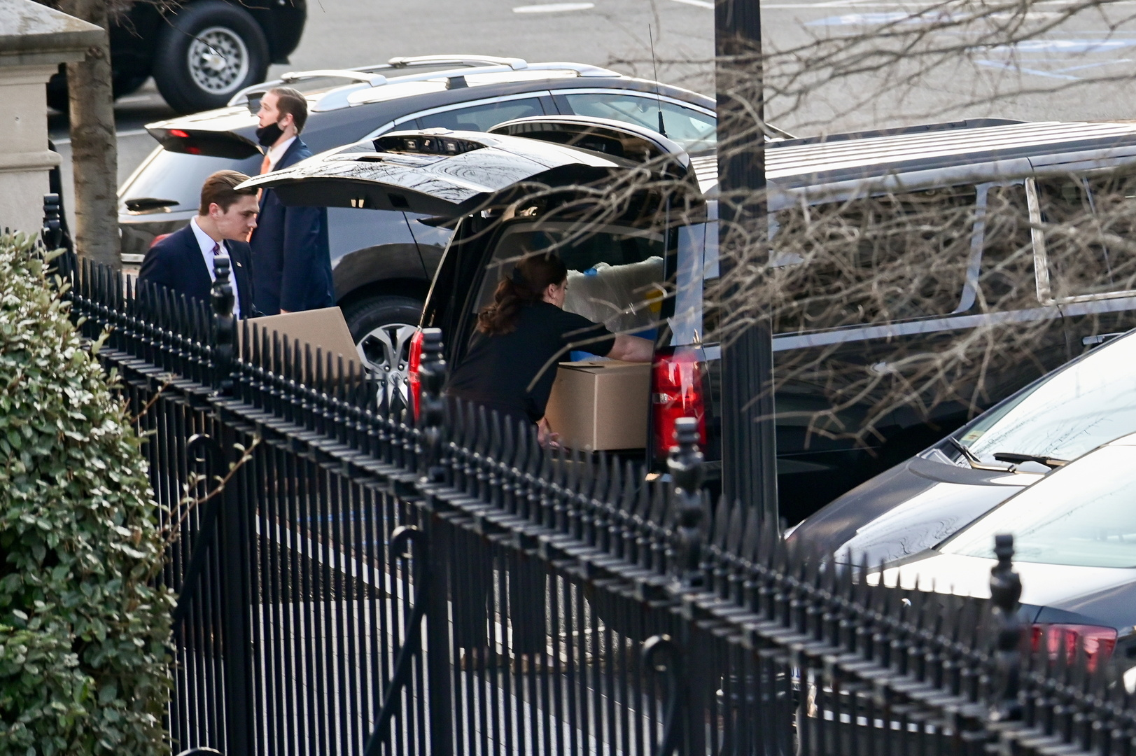 بالصور.. بدء حزم أمتعة ترامب من البيت الأبيض