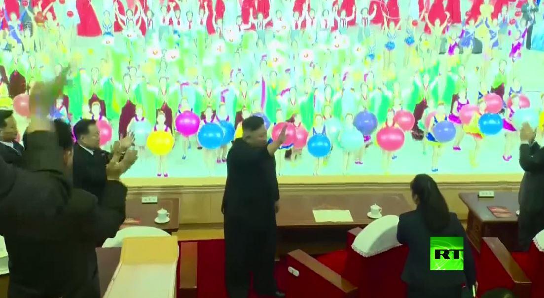 كيم جونغ أون يحضر عرضا احتفاليا في مؤتمر الحزب الحاكم في بيونغ يانغ