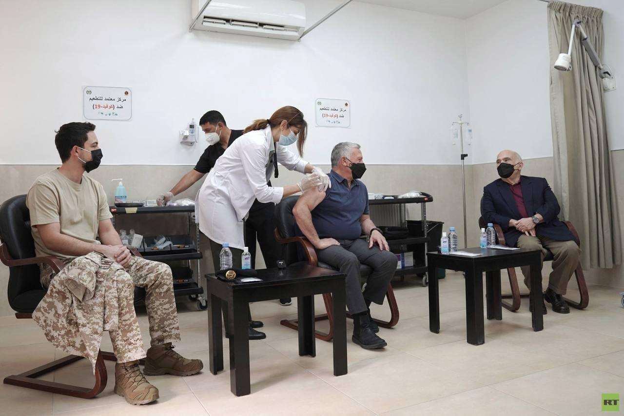 الملك الأردني وولي العهد والأمير الحسن بن طلال يتلقون لقاح فيروس كورونا