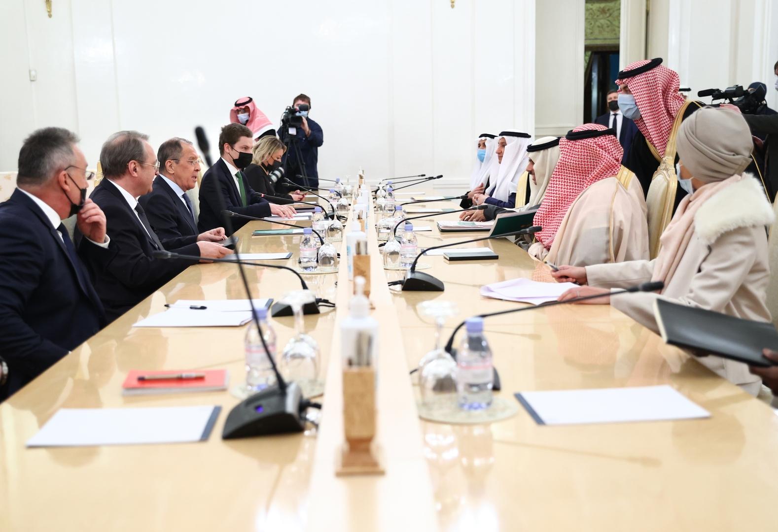 مسؤولتان سعوديتان ترفضان خلع معطفيهما خلال لقاء لافروف
