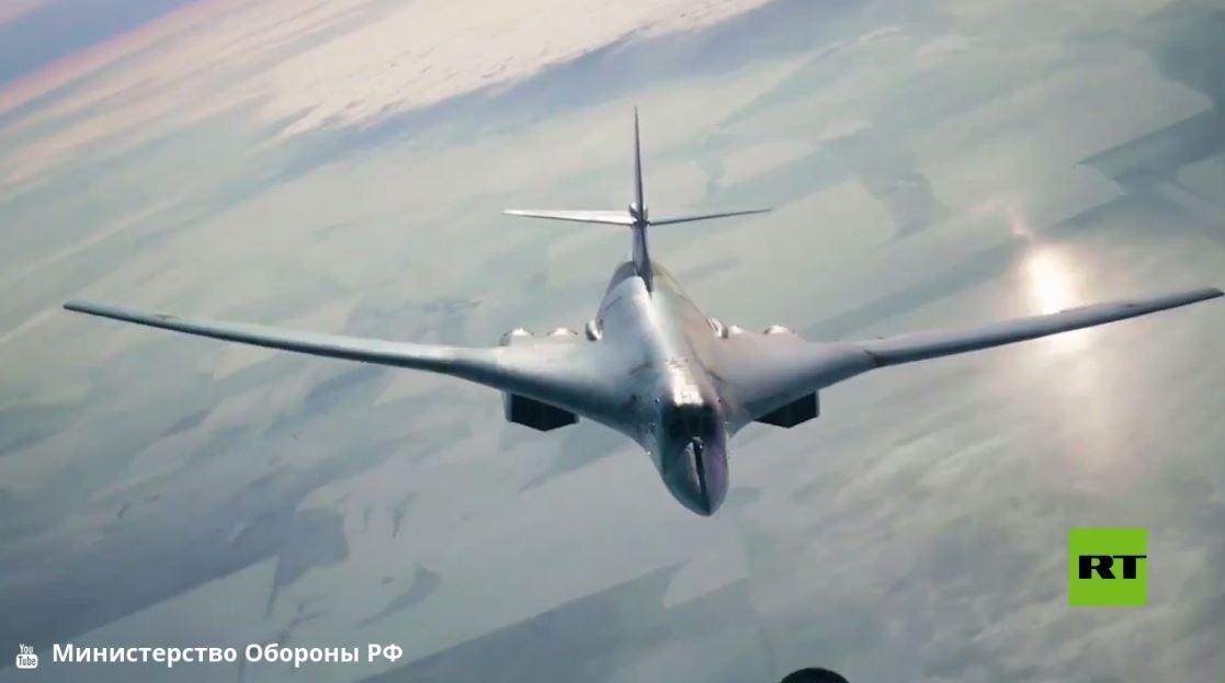 الدفاع الروسية تظهر تزويد قاذفة تو-160 بالوقود في الجو