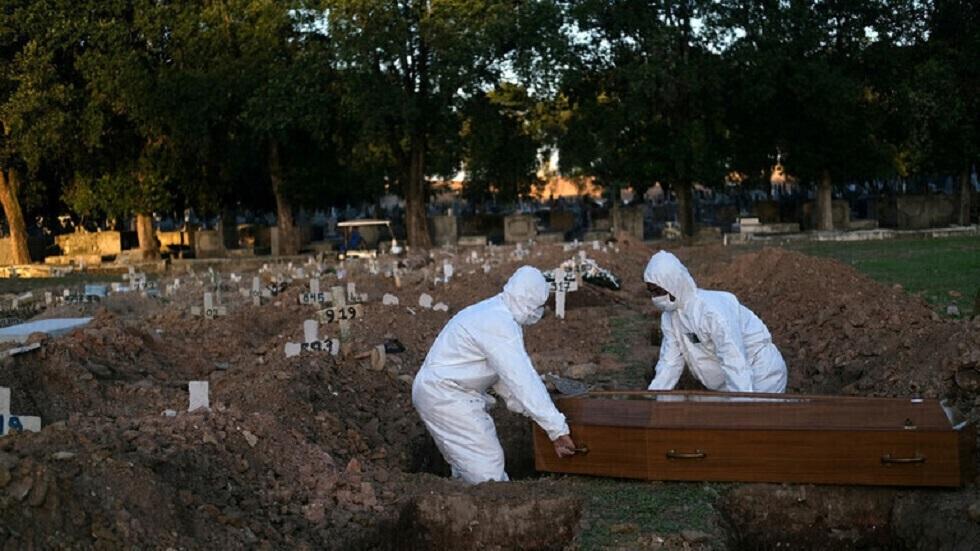 دفن جثة شخص متوف بفيروس كورونا في مدينة ريو دي جانيرو البرازيلية