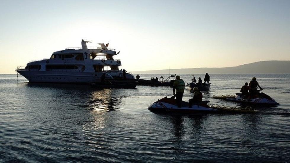 خفر السواحل اليوناني يحيط بمركب لمهاجرين غير شرعيين - أرشيف