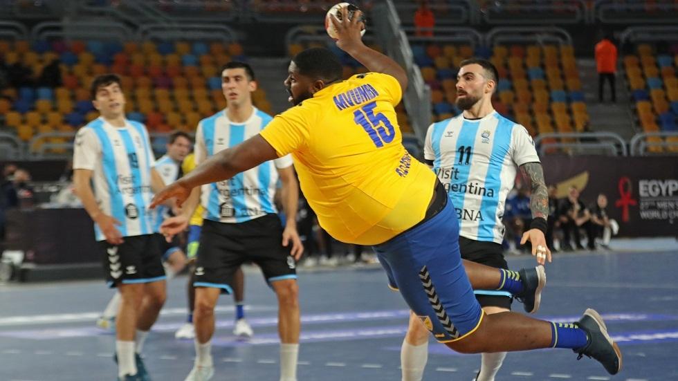 بسبب وزنه الزائد.. لاعب يسرق الأضواء في كأس العالم لكرة اليد (فيديو وصور)