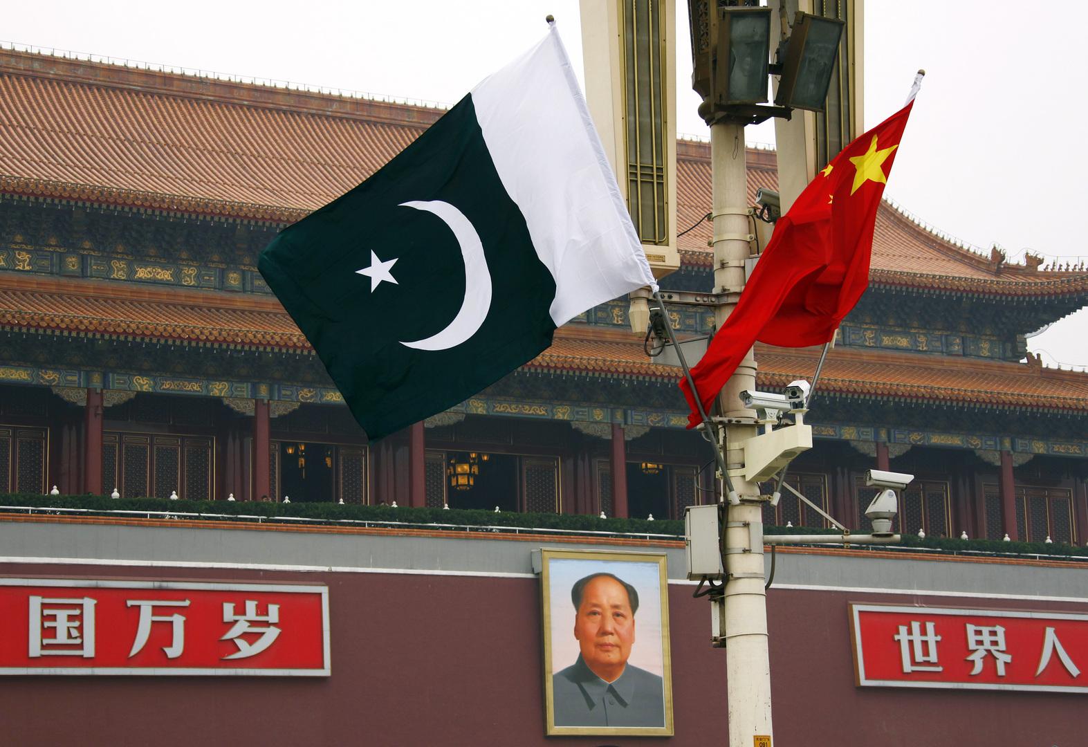 العلم الصيني والعلم الباكستاني