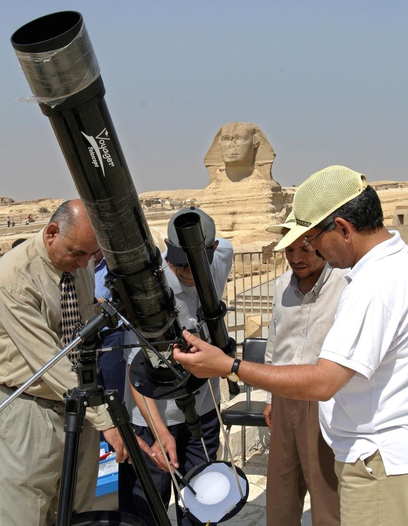 خبراء المعهد القومي المصري للبحوث الفلكية يتابعون من القاهرة حركة كوكب فينوس سنة 2004.
