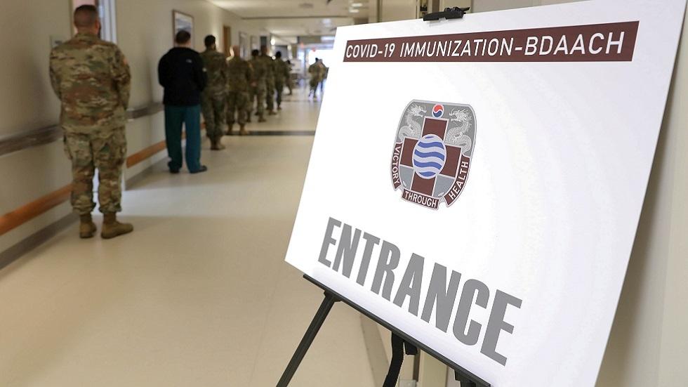 عسكريون أمريكيون بانتظار تلقى لقاح ضد فيروس كورونا في معسكر همفريز بكوريا الجنوبية