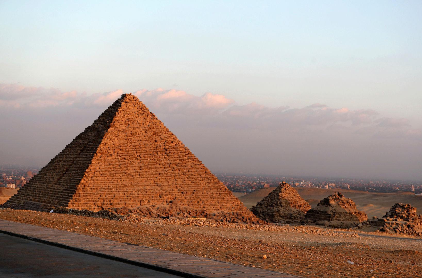 Two worlds spark a crisis in Egypt .. the pyramids