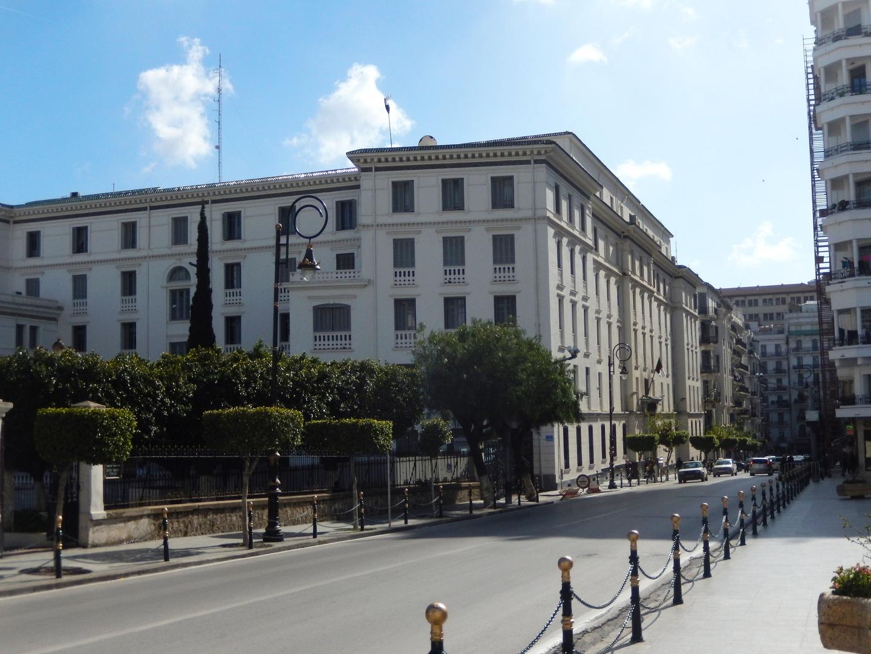 مقر المديرية العامة للجمارك في وسط مدينة الجزائر (يسارا). الصورة: RT/F.S.
