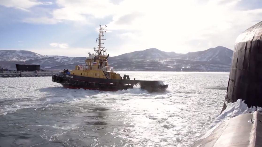 كسر الجليد قرب الغواصات النووية الروسية في كامتشاتكا