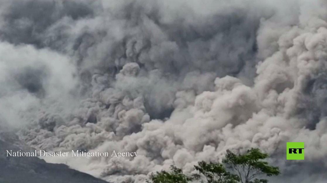 إندونيسيا.. جبل سيميرو البركاني يطلق رمادا ساخنا