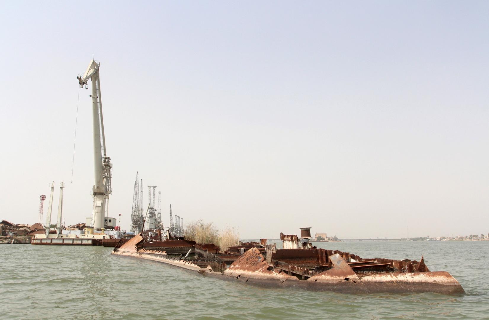 سفينة غارقة في البصرة بعد قصفها في حرب الخليج الاولى سنة 1991.