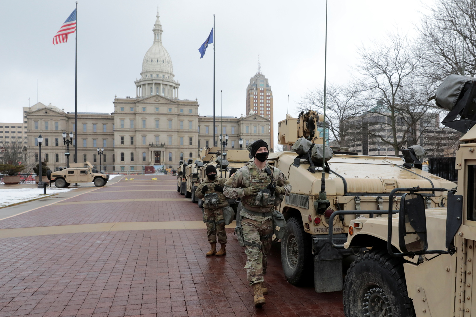 MSNBC: تجمع عشرات المسلحين أمام برلمان ميشيغان