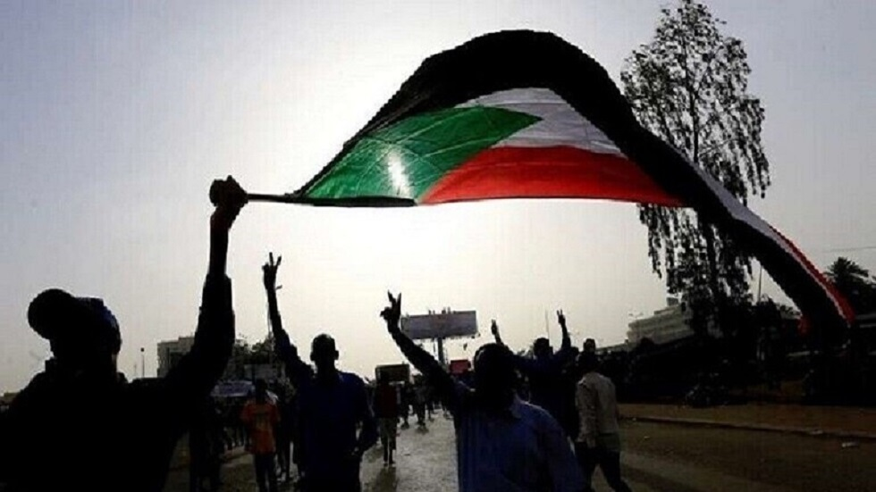 متظاهرون سودانيون يحرقون العلم الإسرائيلي رفضا للتطبيع