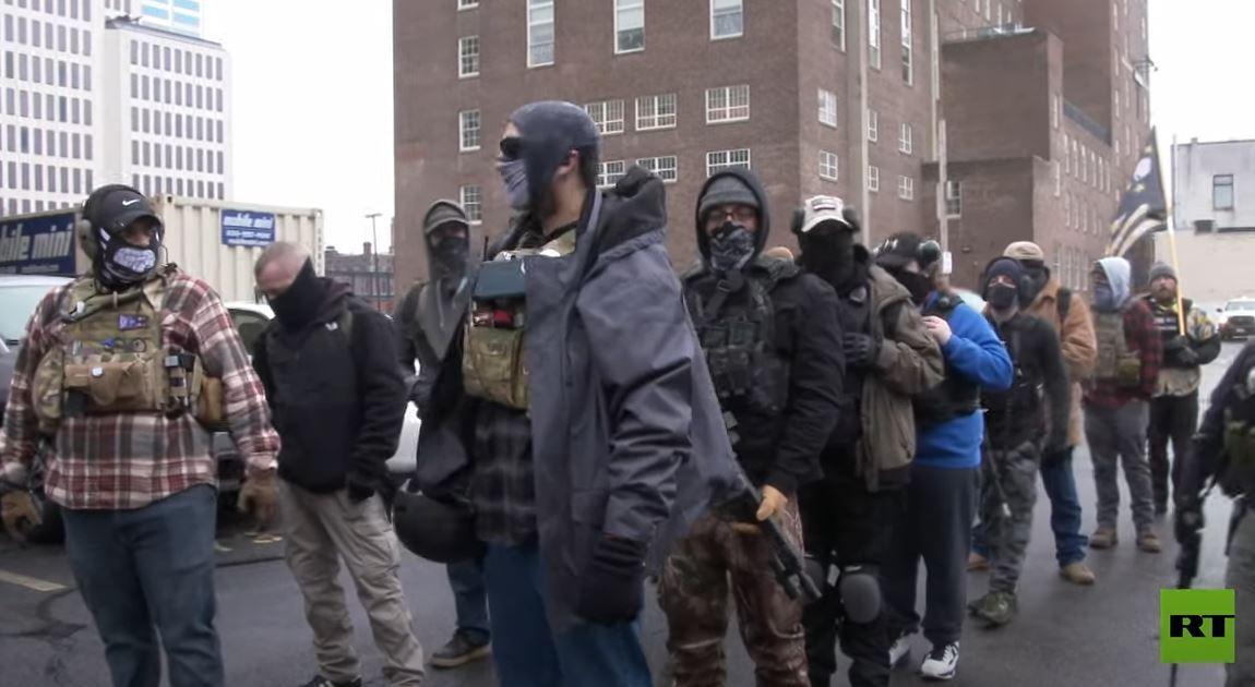 قبيل مراسم تنصيب بايدن.. مدججون بالأسلحة يحتشدون أمام مبنى ولاية أوهايو