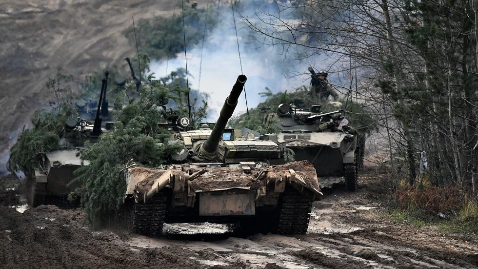 العسكريون الروس يتدربون على استخدام الدبابات للتعامل بسرعة مع العدو