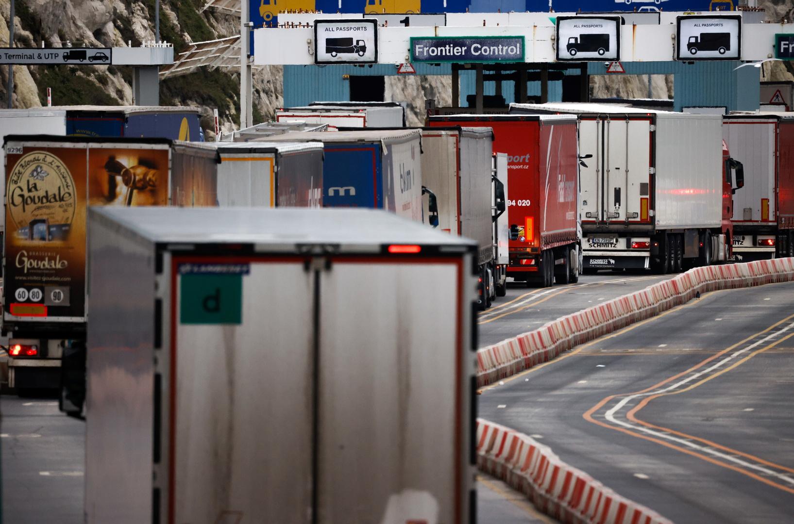 شاحنات  عند مراقبة الحدود في ميناء دوفر ببريطانيا