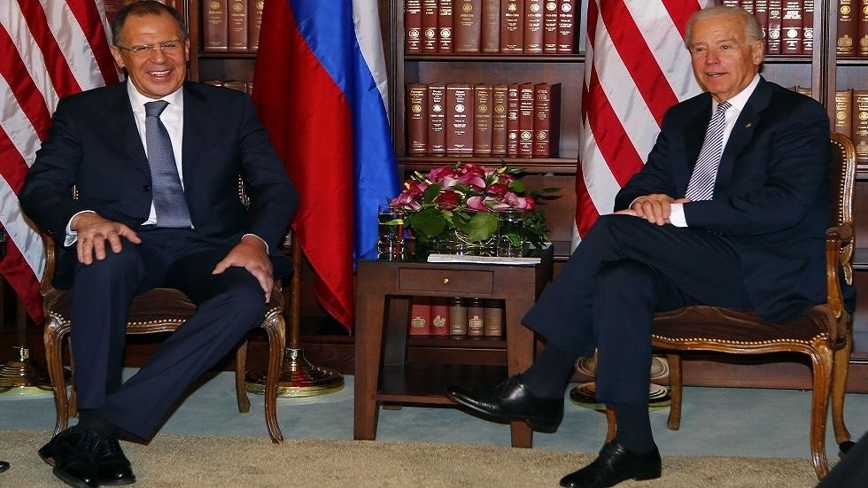 سيرغي لافروف، وزير الخارجية الروسي، وجو بايدن، نائب الرئيس الأمريكي آنذاك، خلال مؤتمر ميونخ للأمن عام 2013