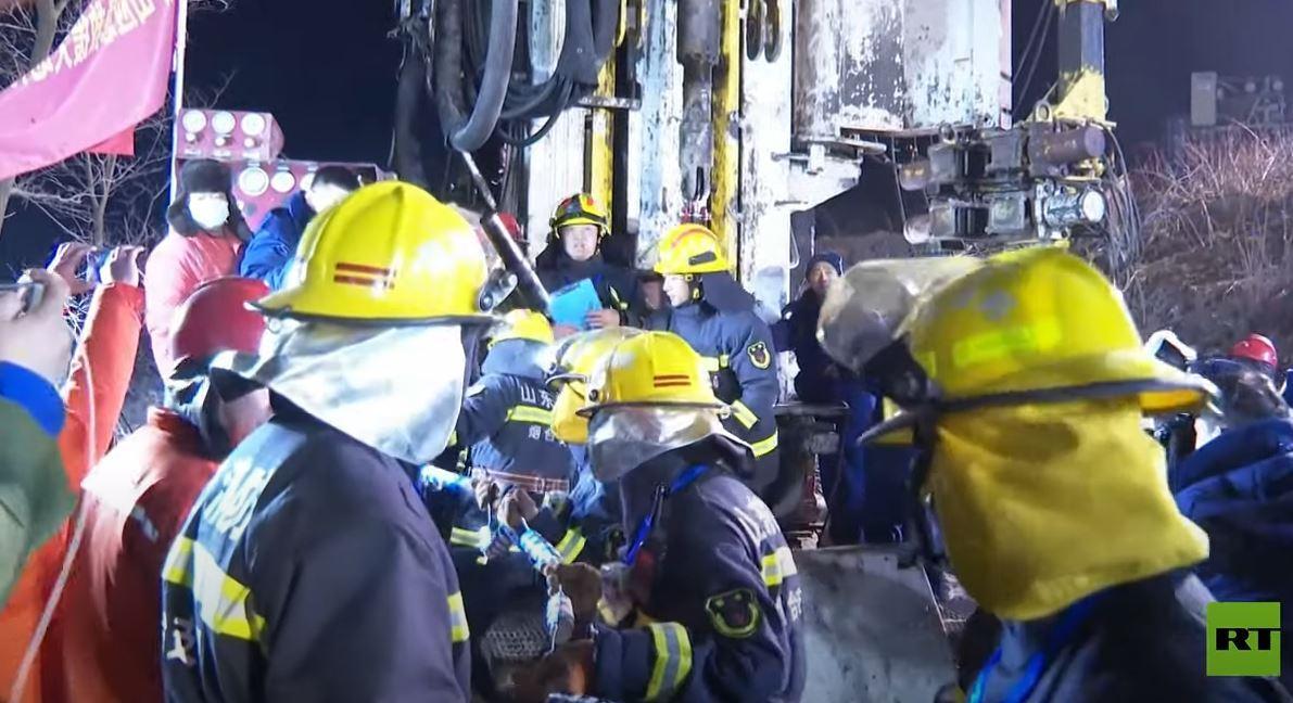 فرق الإنقاذ الصينية تنتشل عاملا من تحت الأرض بعد 14 يوما من انفجار بمنجم للذهب
