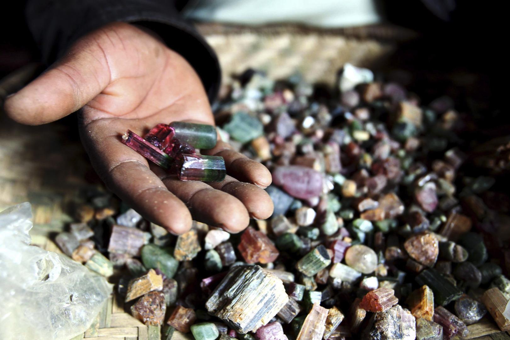 العثور على حجر كريم يشبه
