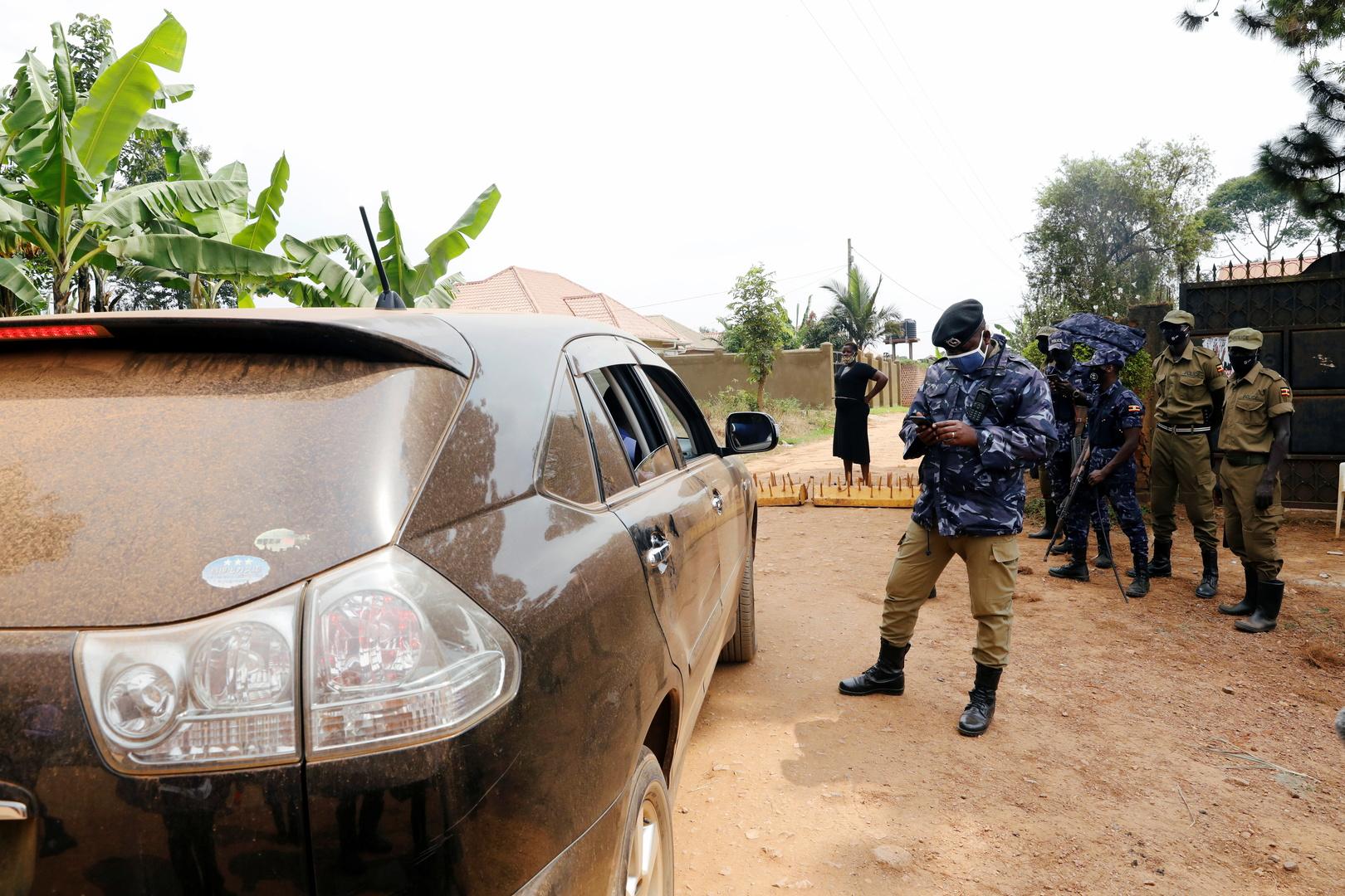 القوات الأوغندية أمام مقر إقامة واين في كمبالا