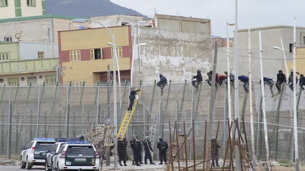 عشرات المهاجرين يتسلقون سياجا ويقتحمون جيب مليلية الإسباني