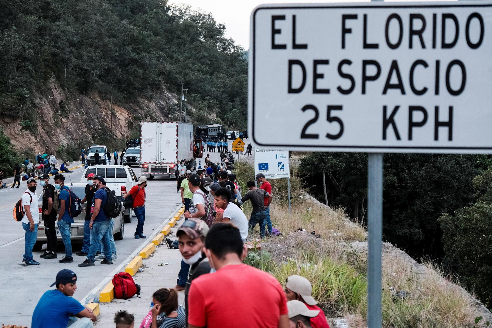 هندوراسيون يشاركون في قافلة المهاجرين إلى الحدود الأمريكية