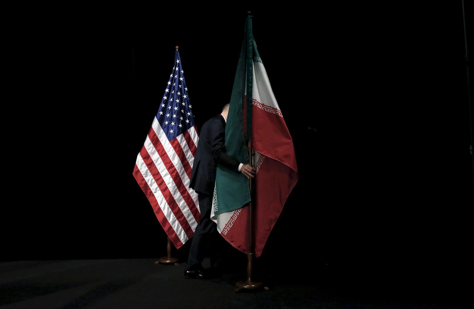 العلم الإيراني والعلم الأمريكي