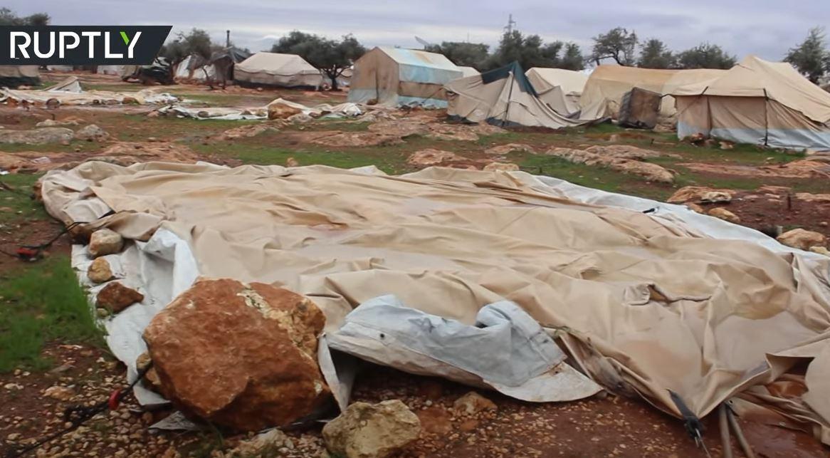 الأمطار الغزيرة تدمر مخيمات للنازحين بإدلب السورية
