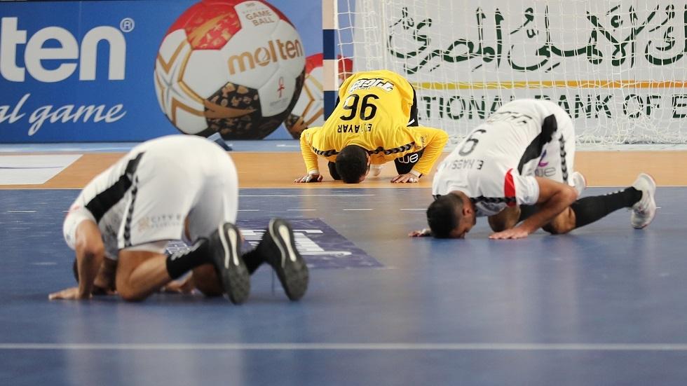 الأحمر يقود مصر للفوز على روسيا.. ويتلقى تهنئة خاصة (فيديو)