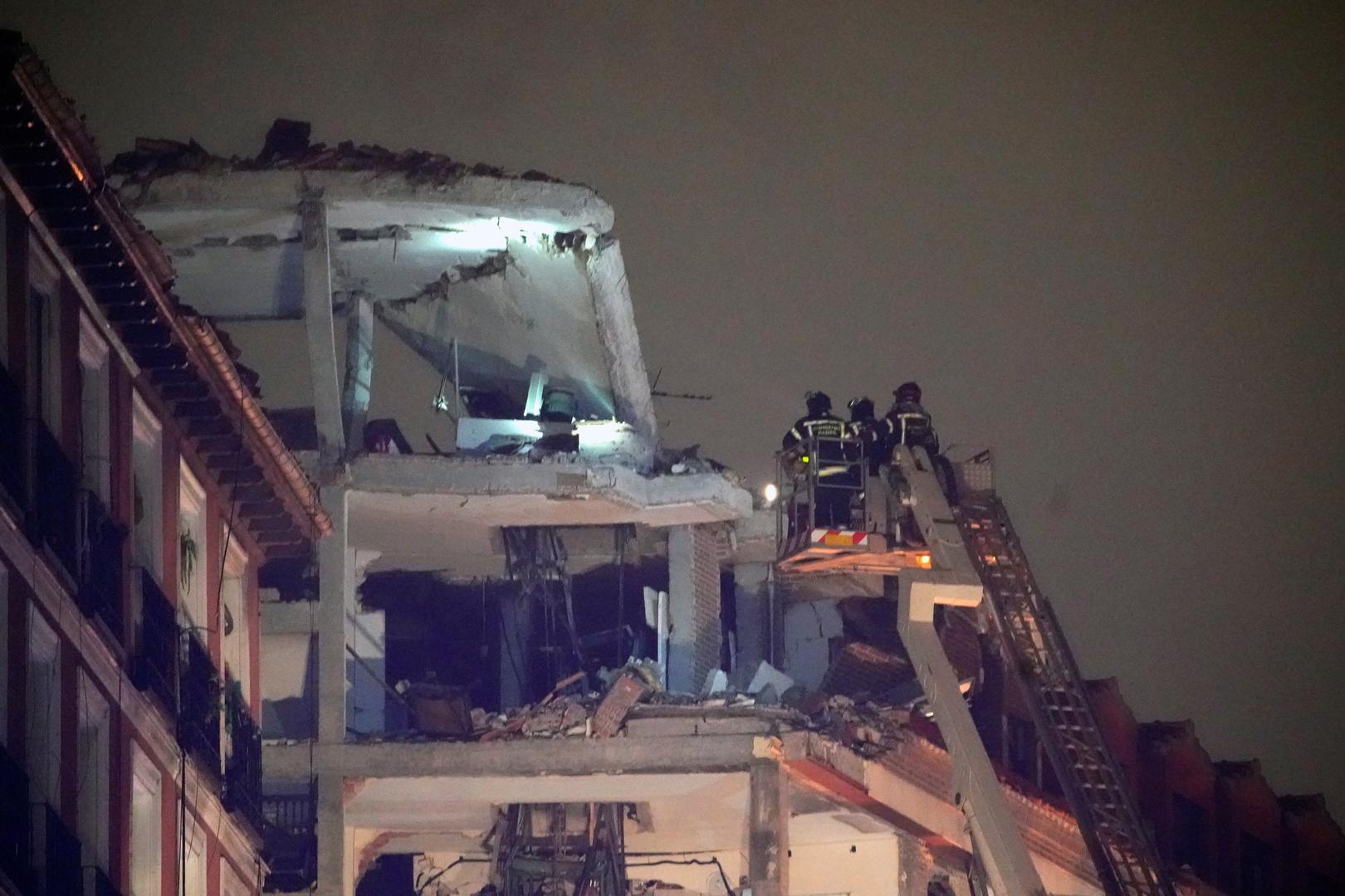 أفراد فرق الإطفاء في المبنى المنهار وسط مدريد