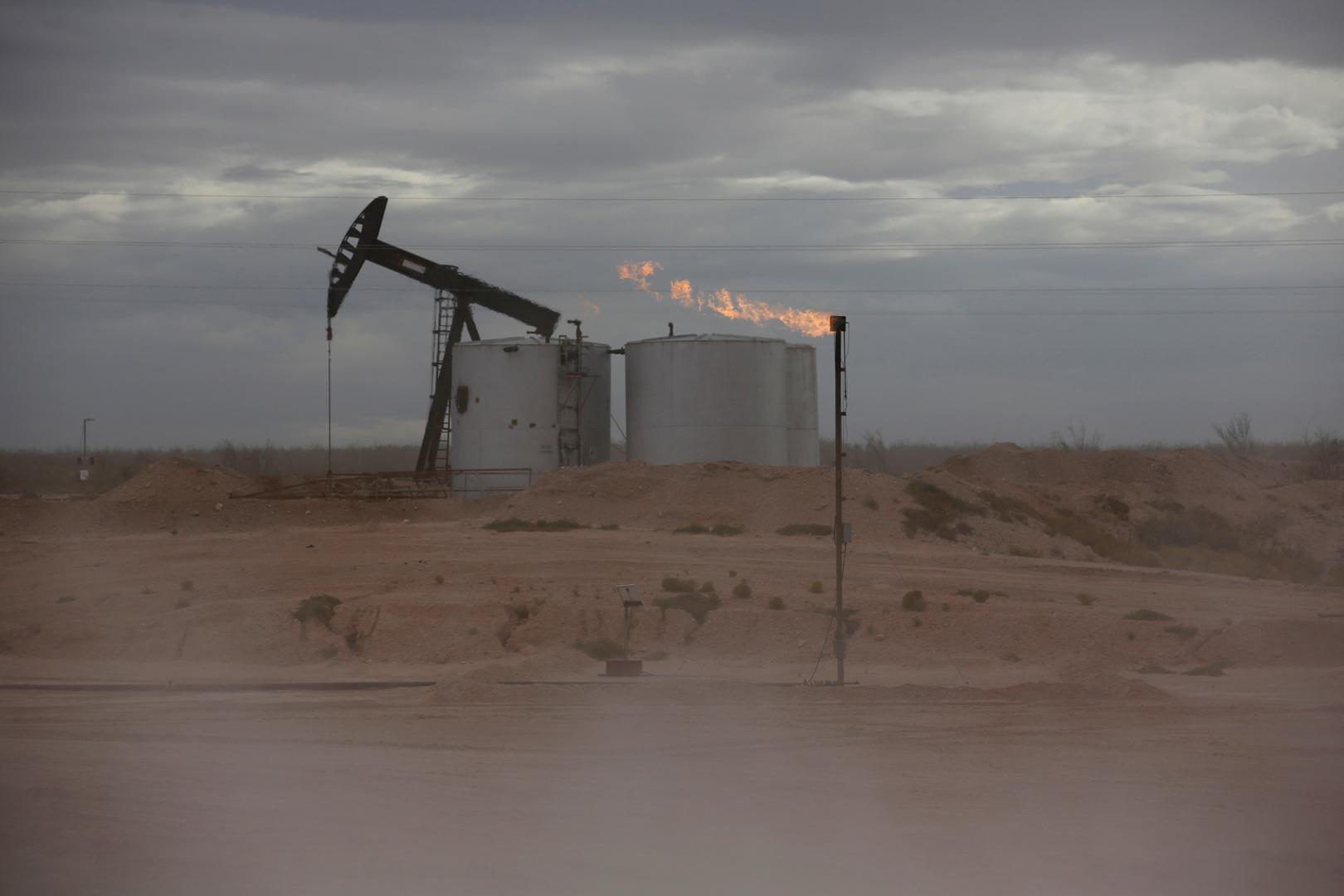 النفط ينزل بعد زيادة مفاجئة في مخزونات الخام الأمريكية