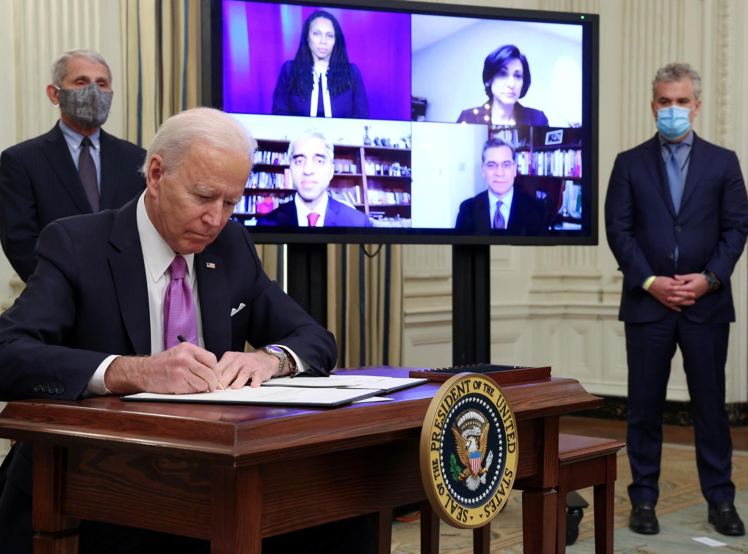 الرئيس الأمريكي الجديد، جو بايدن، يوقع على أحد من 10 أوامر لتكثيف إجراءات مكافحة فيروس كورونا في الولايات المتحدة (21 يناير 2021).