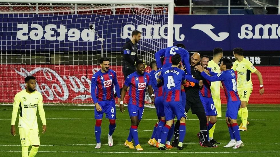 شاهد.. حارس إيبار يسجل هدفا مبكرا في شباك أتلتيكو مدريد وسواريز يرد عليه
