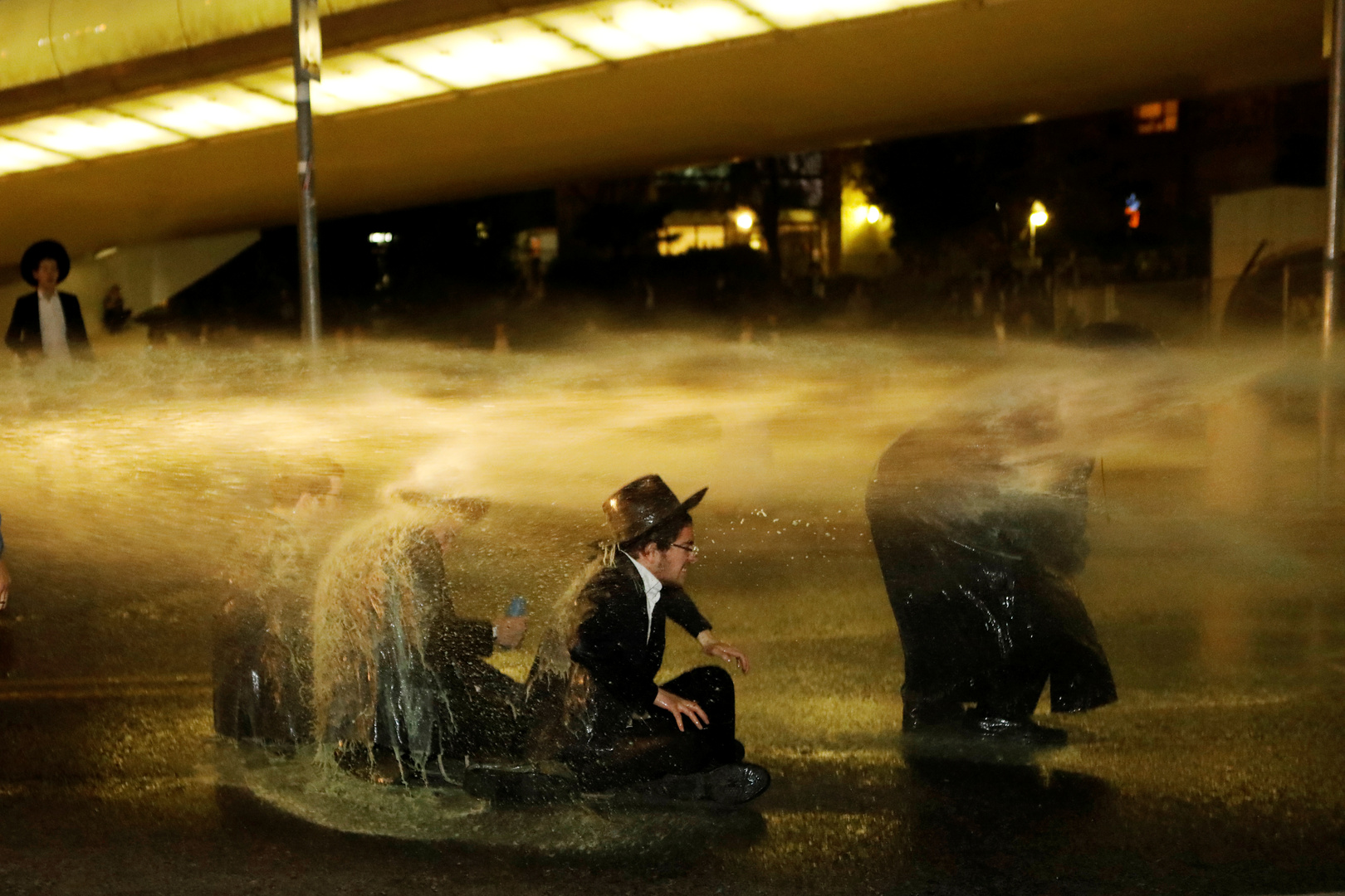 Israel .. Violent clashes between police and religious extremist anti-closure Jews in Bnei Brak