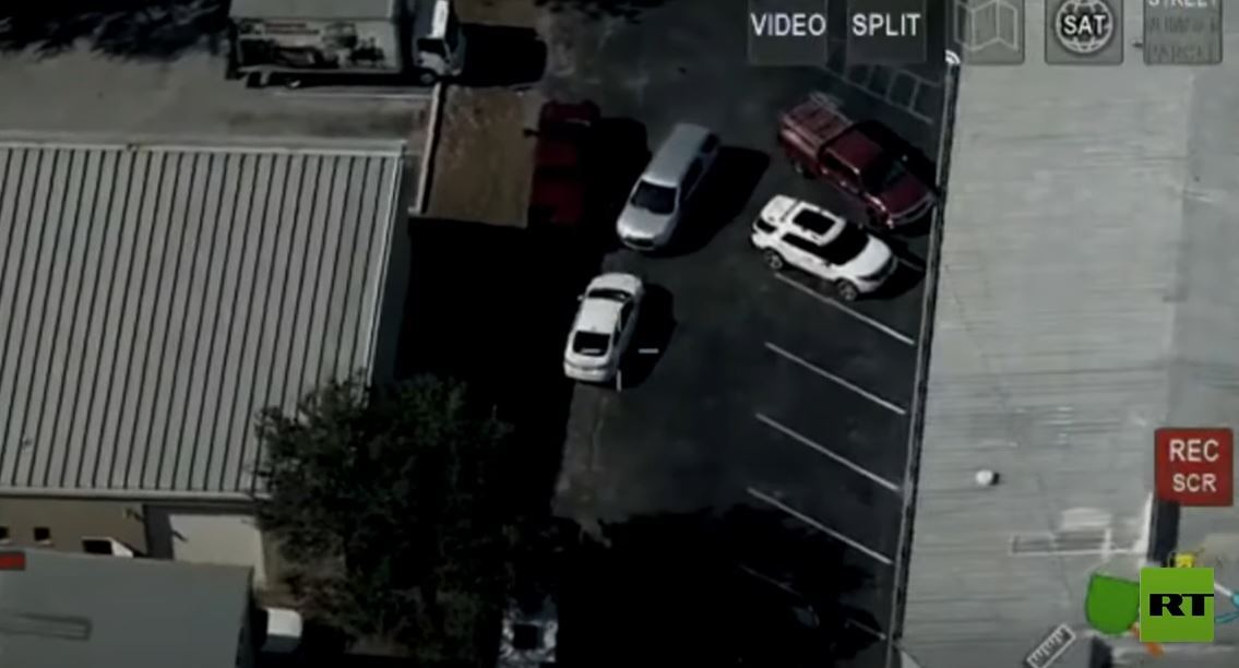 شاهد.. امرأة تقود سيارة مسروقة تصدم شرطيا