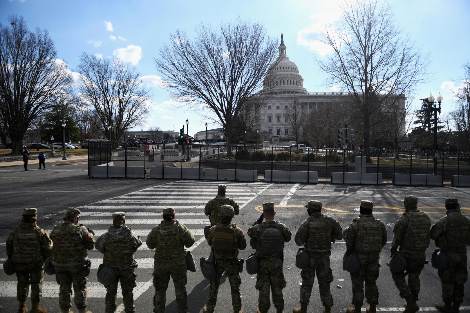 عناصر في الحرس الوطني الأمريكي أمام البيت الأبيض يوم تنصيب الرئيس الجديد، جو بايدن.