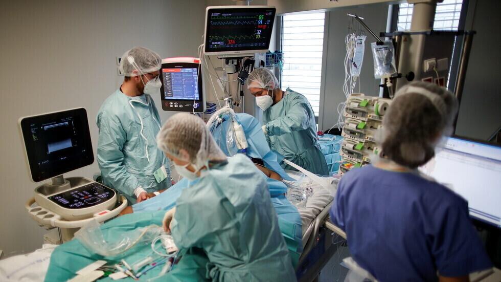 أطباء فرنسيون يحاولون إنقاذ حياة مريض بفيروس كورونا المستجد في مستشفى قرب باريس.