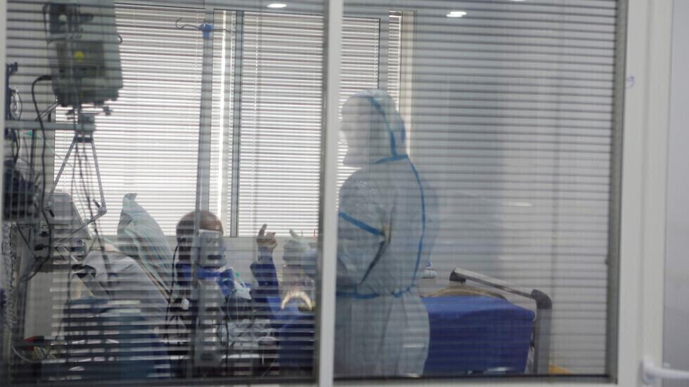 مريض في وحدة العناية المركزة في أحد مستشفيات مدينة سلا المغربية.