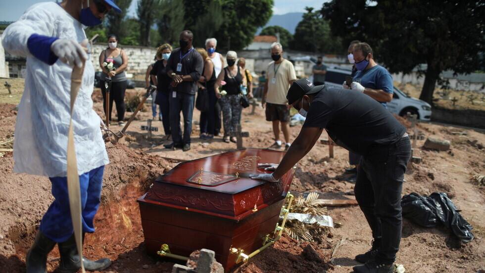 مراسم دفن شخص توفي جراء إصابته بفيروس كورونا في مدينة ريو دي جانيرو البرازيلية.