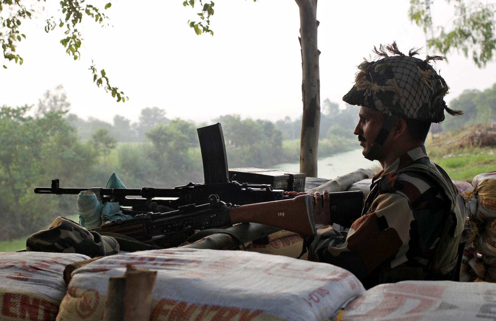 جندي هندي من حراس الحدود قبالة الأراضضي الباكستانية.