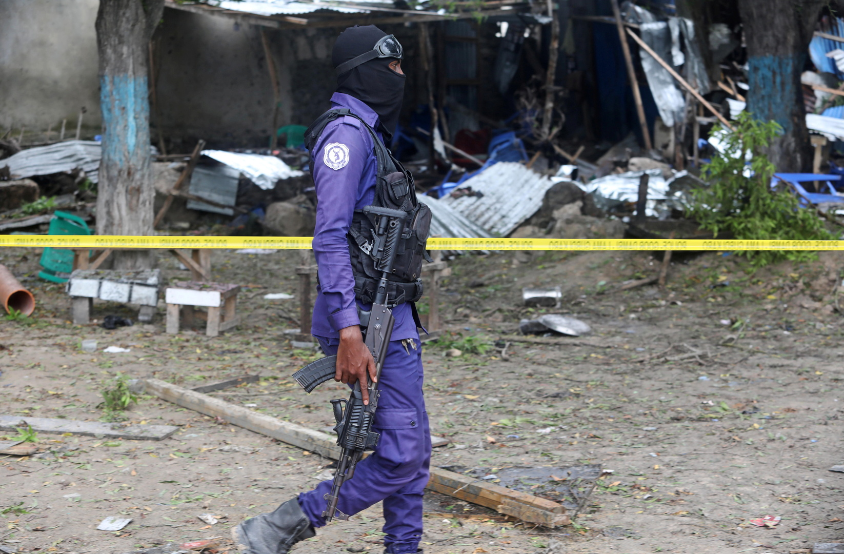 شرطي صومالي في موقع تفجير انتحاري في مطعم بالقرب من أكاديمية الشرطة في مقديشو 17 نوفمبر 2020