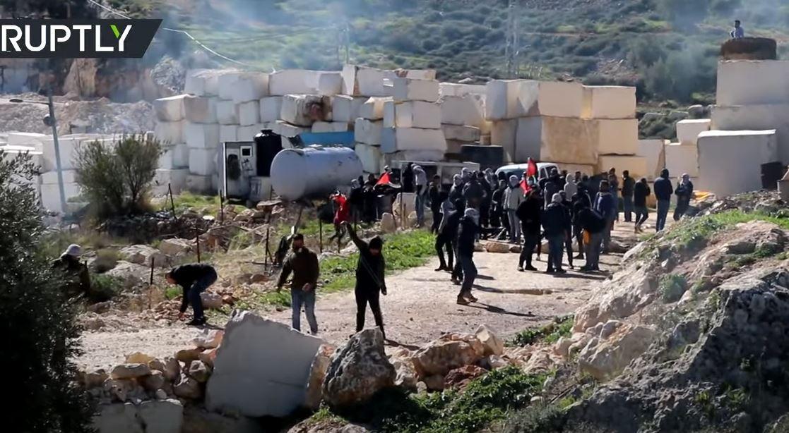 اشتباكات بين متظاهرين فلسطينيين وجنود إسرائيليين احتجاجا على إنشاء مستوطنات جديدة شرقي رام الله