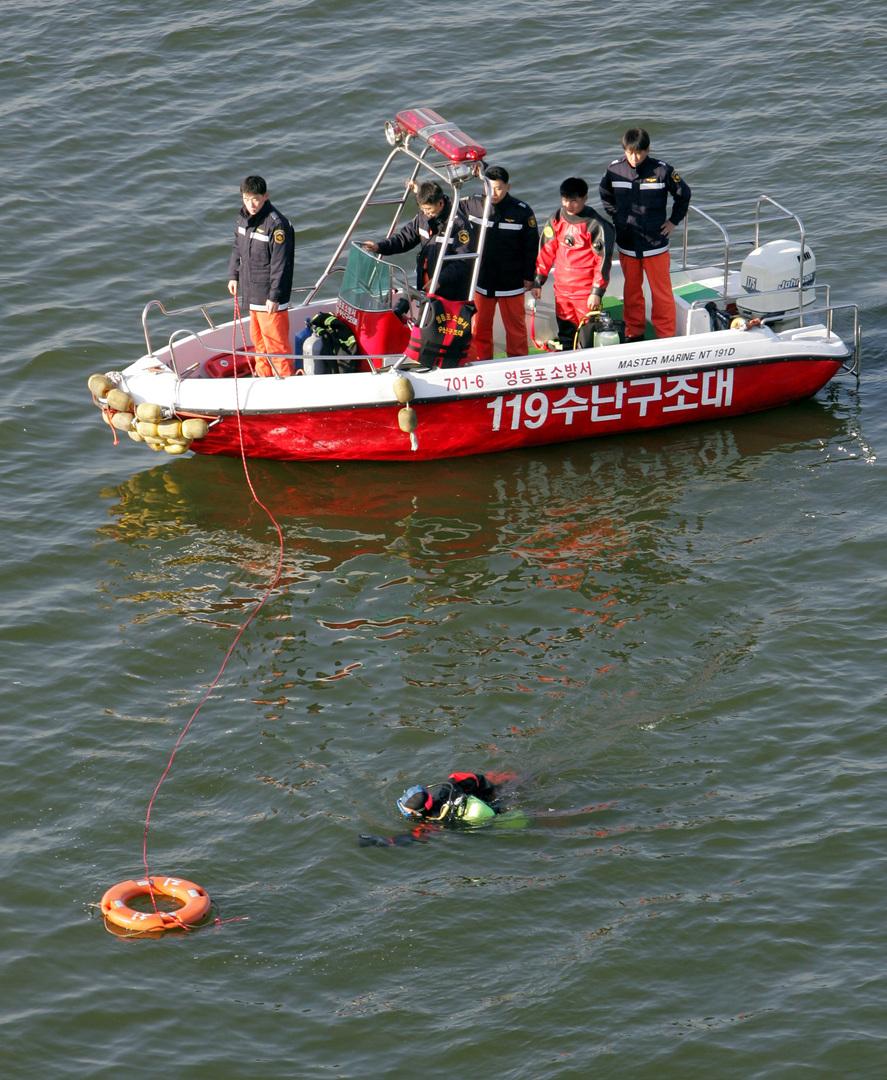 البحث عن جثة شاب انتحر سنة 2004 بإلقاء نفسه من فوق أحد جسور سيئول إلى نهر