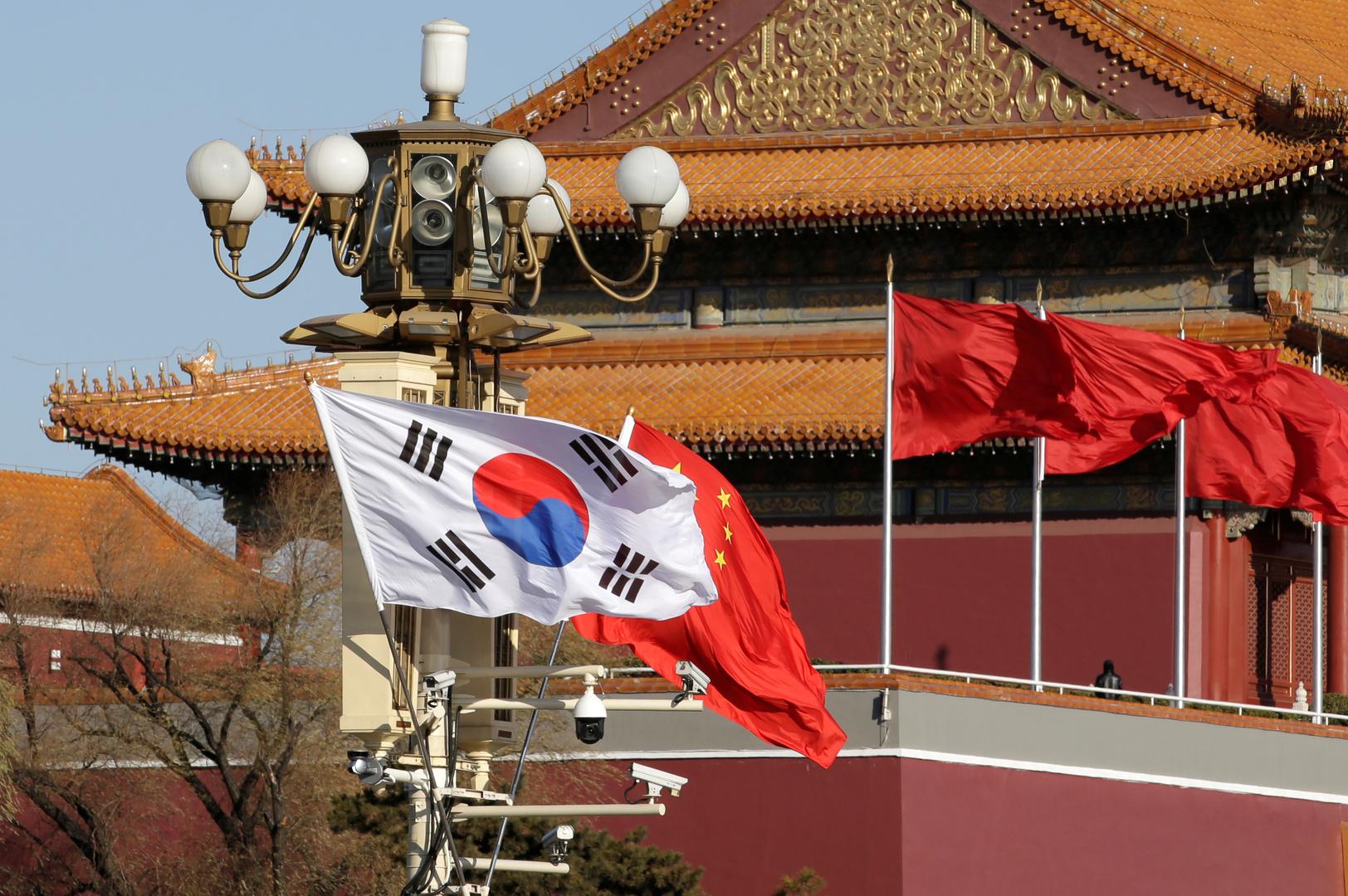 العلم الصيني والعلم الكوري الجنوبي