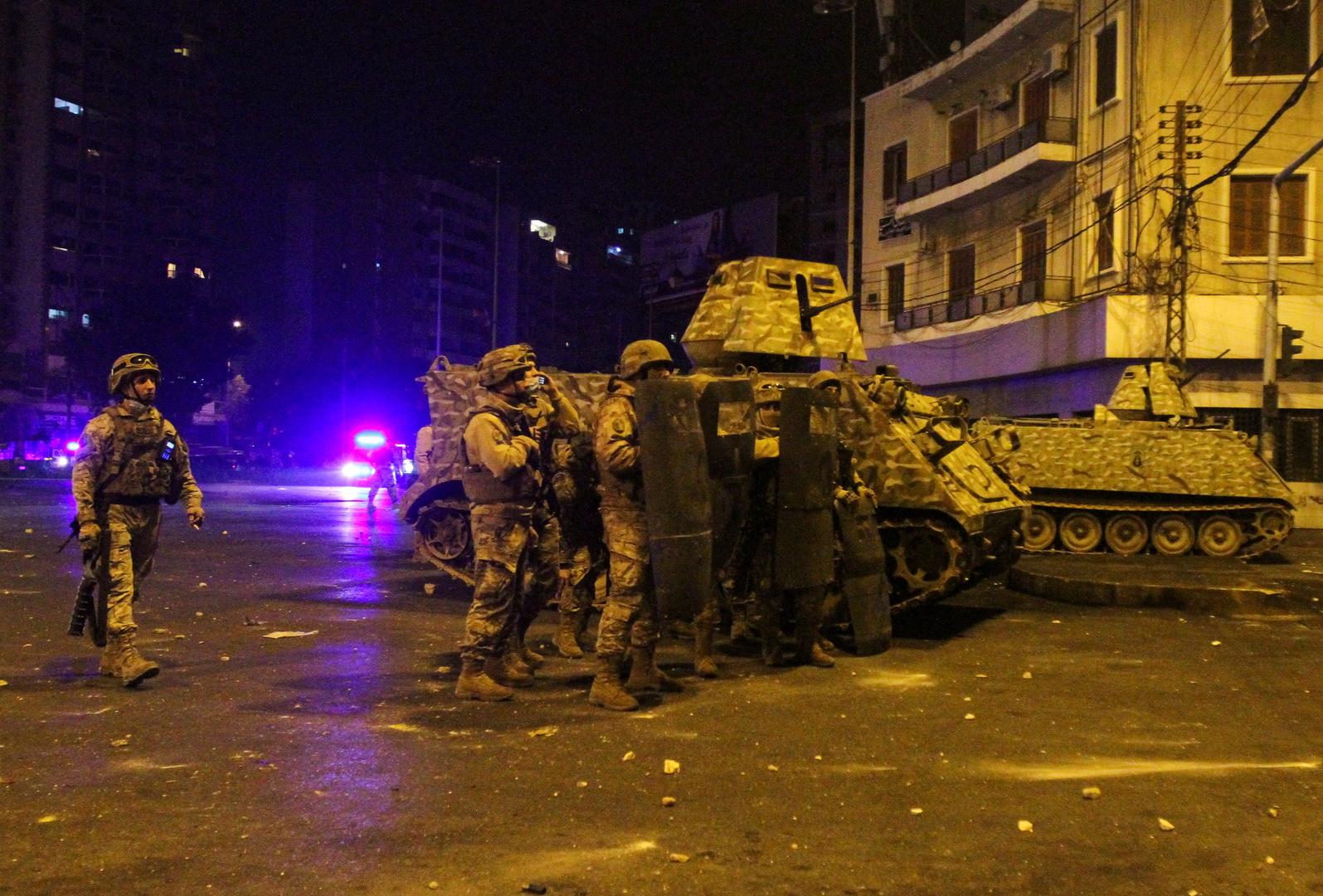 عناصر من الجيش اللبناني قرب آلية تابعة لهم